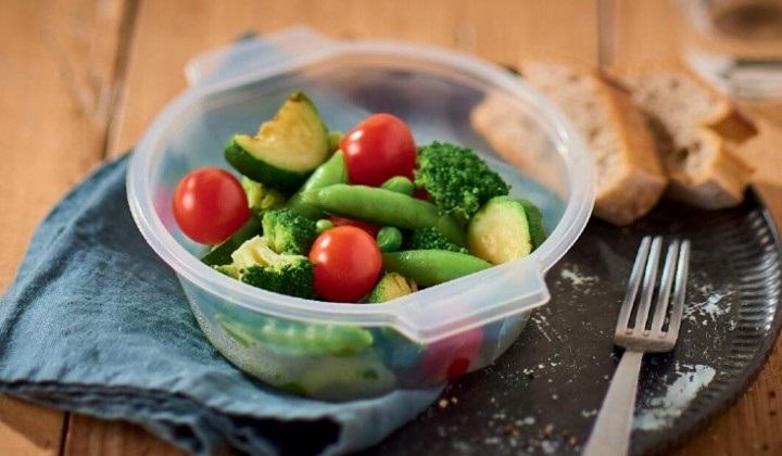 緑と赤のサラダボール(ブロッコリー、スナップエンドウ、グリルズッキーニ、ミニトマト)