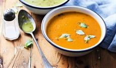 滑らかなトマトのスープ