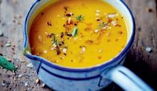 滑らかなパンプキンのスープ