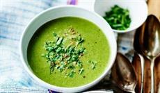 滑らかなほうれん草とズッキーニのスープ