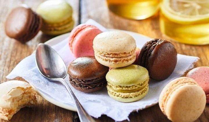 4種類のマカロン(チョコレート、フランボワーズ、バニラ、ピスタチオ)