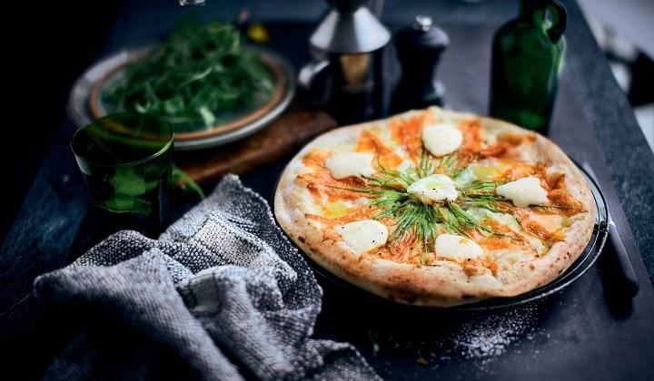 2種類のチーズとズッキーニの花のピッツァ