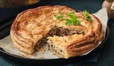 鴨のコンフィとフォアグラのパイ ポルトソース
