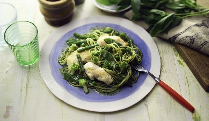 チキンと緑の野菜のジェノベーゼ