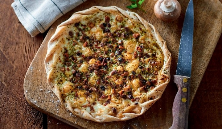 キノコとゴルゴンゾーラチーズの薄生地タルト