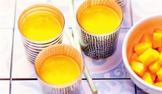 マンゴー、オレンジ、ココナッツのスムージー